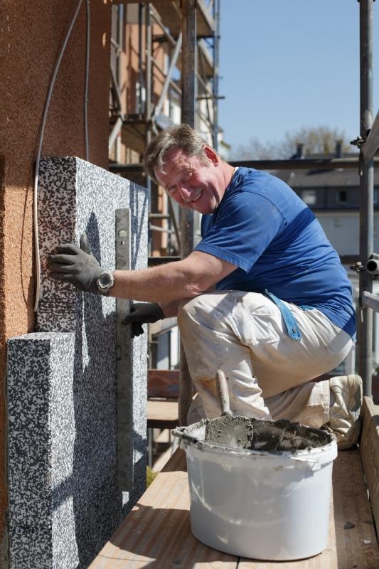Bei der Arbeit - Fassadendämmung durchgeführt von einem Mitarbeiter des Malerbetrieb Malermeister Bönninger.