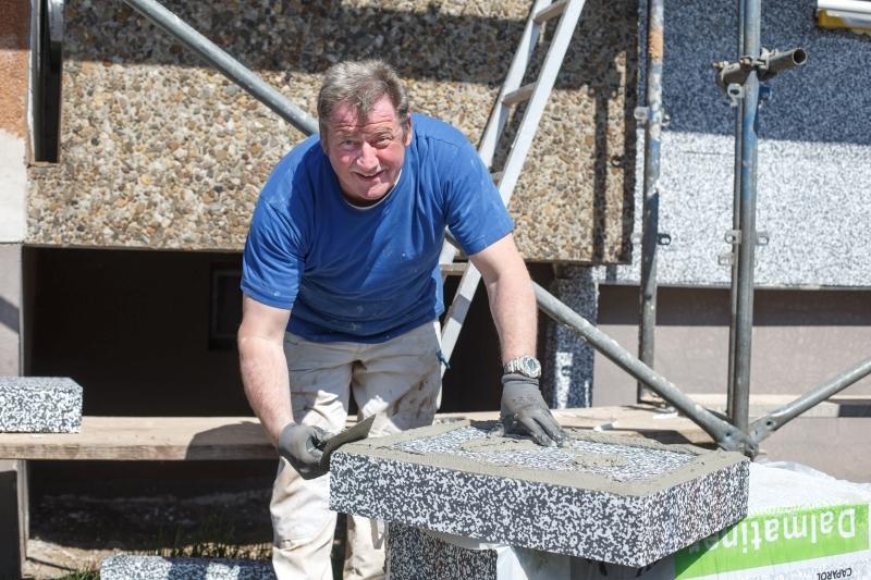 Mitarbeiter des Malerbetrieb Bönninger bei Fassadendämmung.