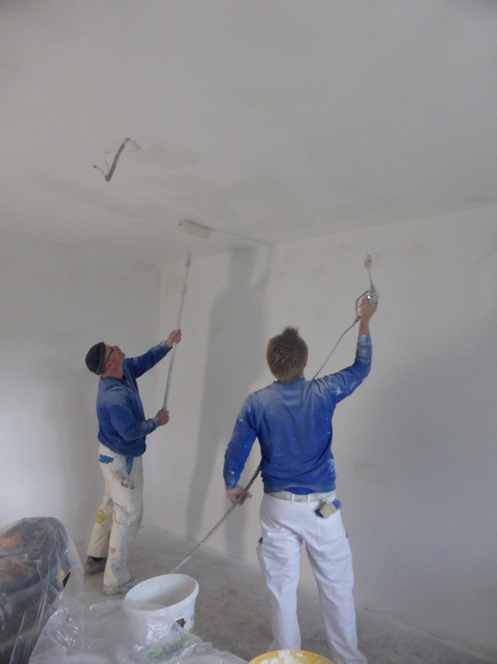 Maler bei der Arbeit - Deckenanstrich durchgeführt von Mitarbeitern des Malerbetrieb Malermeister Bönninger.