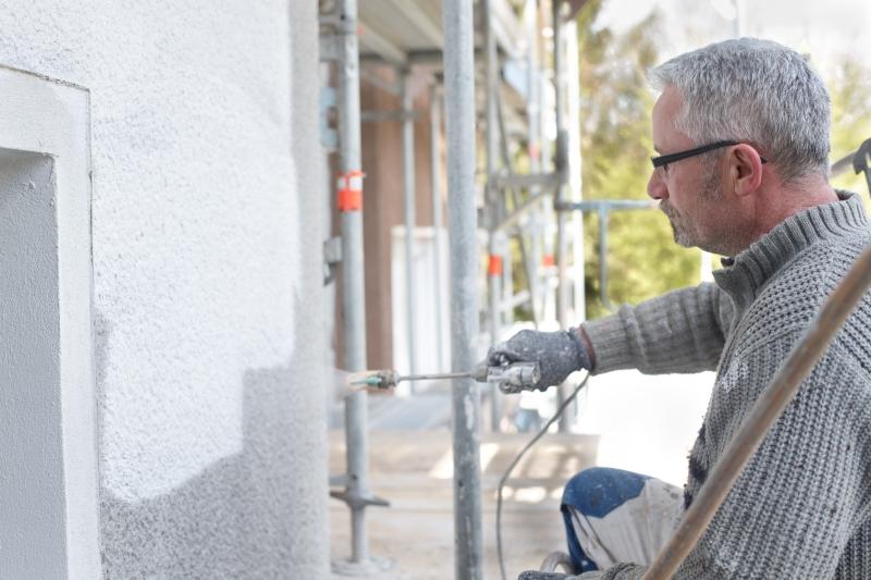 Bei der Arbeit - Fassadenanstrich durch Mitarbeiter des Malerbetrieb Bönninger in Dortmund.