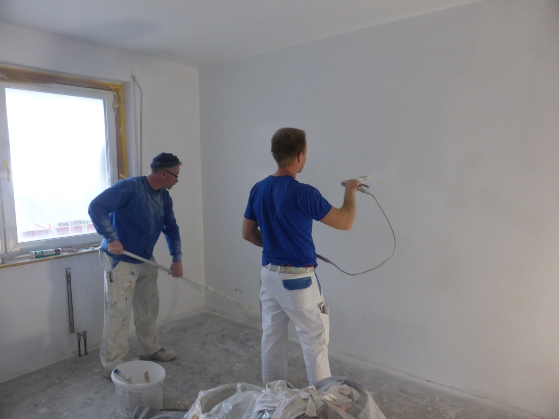 Innenanstrich - Malerarbeiten Malerbetrieb Bönninger - Mitarbeiter bei der Arbeit