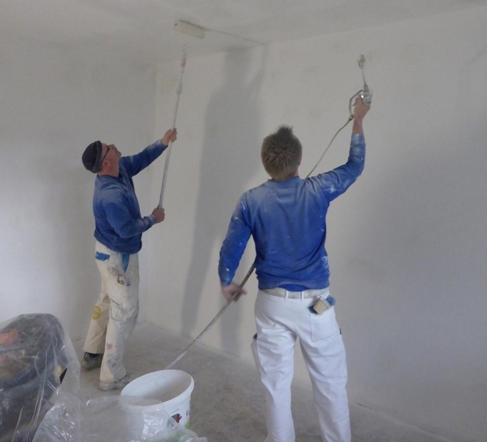 Malerbetrieb Bönninger - Mitarbeiter bei der Arbeit - Innenanstrich